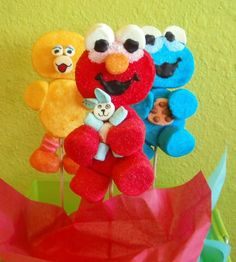 Elmo n friends Marshmellow Treats, Cute Marshmallows, Marshmallow Pops, Kids Food Crafts, Edible Crafts, First Birthday Party Themes, Elmo Birthday, Candy Art, Candy Crafts