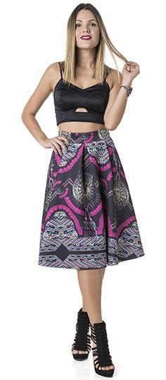 Qualquer produção com a saia midi, garante charme e feminilidade.