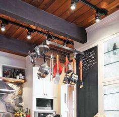 <p>En plus d'accentuer le style industriel du décor, les casseroles suspendues sur un support devien... - ®copyright Éditions Pratico-Pratiques / Aménagement : par la propriétaire, en collaboration avec Car...