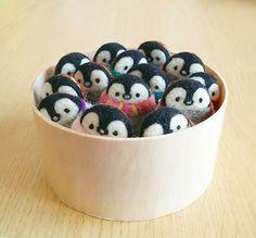 . ペンギンぎゅうぎゅう  おしくらまんじゅう。  #羊毛フェルト #羊毛 #羊毛氈#ニードルフェルト #ハンドメイド #ブローチ #ペンギン #penguin #woolfelt #needlefelting#handmade