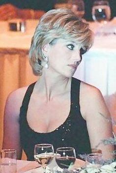 Diana Queen of Hearts Board Lady Diana Spencer, Royal Princess, Princess Of Wales, Princess Diana Family, Princesa Diana, Most Beautiful Women, Beautiful People, Short Hair Cuts, Short Hair Styles