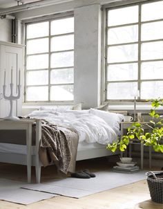 love this rustic room Home Cooler, Rustic Room, Simple Furniture, Beautiful Living Rooms, Home Bedroom, Bedrooms, Elle Decor, Bed Frame, Home Goods