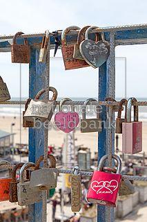 sloten opgehangen aan een hek uit naam van de liefde