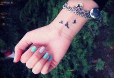 tatouage hirondelle au poignet