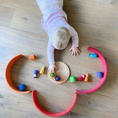 Het blijft de favoriet van Linne: de vriendjes in bakjes. De regenboog eromheen om frustratie te voorkomen. Want kruipen.... wat is dat? 😀#houvanhout #babyspel #8maanden #mamablogger #grimms Kids Rugs, Home Decor, Games, Decoration Home, Kid Friendly Rugs, Room Decor, Home Interior Design, Home Decoration, Nursery Rugs