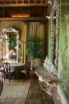 Dodie Rosekrans in the Ballroom Dodie Rosekrans, socialite internazionale e collezionista di haute couture èconosciuta per la sua attività filantropica,uno stravagantesenso dello stile e per essere fautrice di grandiose feste. Non paga di aver costruito e arredato una casa da sogno a San Francisco, dove nacque, e una a Parigi in stile indiano, quando visitò Venezia decise di comprare il piano nobile di Palazzo Brandolini, sul Canal Grande. Nata comeGeorgette Naify (Dodie è un…