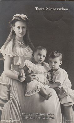 Viktoria Luise with her nephews Victoria Reign, Queen Victoria, Old Pictures, Old Photos, Victoria Family Tree, Images Of Princess, Cultura General, Royal King, Young Prince