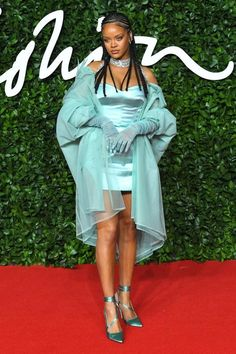 Tonight, London hosted the 2019 Fashion Awards. From Rosie Huntington-Whiteley and Rihanna to Irina Shayk and Halima Aden, here are all the best dressed stars on the red carpet. Moda Rihanna, Estilo Rihanna, Rihanna Style, Rihanna Fenty, Rihanna Baby, Mark Wahlberg, Taylor Swift, Divas, Official Hairstyle