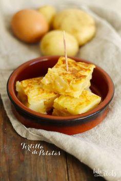 Appetizers Recipes Tortilla de patatas - typical spanish potato and egg omelette Vegan Appetizers, Appetizer Recipes, Snack Recipes, Potato Recipes, Diet Recipes, Omelettes, Tortillas, Spanish Potatoes, Tapas Party