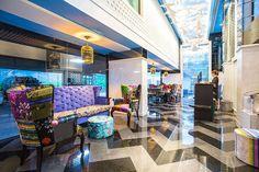 ホテル天国・バンコク。東京とは比較にならないほどのホテルが乱立し、現在もニューオープン予定のホテルが続々建設中です。そんな中でバンコク最新ホテルとして話題を呼んでいるのが「ホテルクローバーアソーク」。なんと5000円台で泊まれるホテルで、おしゃれ、そしてBTSアソーク駅やMRTスクムビットまで徒歩5分という立地から移動にもとても便利というのです!さて、どんなホテルなのでしょうか?