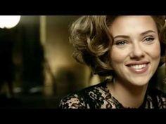 Doce & Gabbana - The One. Égérie de la marque Dolce & Gabbana depuis plusieurs années, Scarlett Johansson revient sur nos écrans pour le parfum The One. La belle américaine nous la joue entrevue sensuelle avec un journaliste. Répondant aux questions avec humour, philosophie ou même de manière coquine. (Octobre 2011).