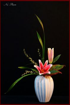 Creative Flower Arrangements, Ikebana Flower Arrangement, Ikebana Arrangements, Silk Floral Arrangements, Flower Centerpieces, Floral Bouquets, Flower Vases, Cherry Flower, Modern Floral Design