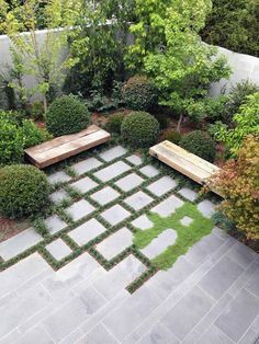 Interesting blurring of paving edges to create a different corner #courtyard cortile arredato #BackyardGardening