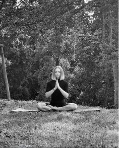 """""""La vita comincia ogni mattina. Ogni giorno nasciamo di nuovo e possiamo decidere come vogliamo vivere la nostra vita."""" Questo è un passaggio del mini ebook che sto creando, una guida per una routine mattutina consapevole. #morningroutine #routinemattutina #mattina #yoga #blackandwhite #namaste #lifestyle #inspiration #ispirazione #motivazione #nomakeup #fitgirl #fitvegan #plantfueled #veganfit #irina_morningroutine #veganlifestyle #sustainablelife #purposefullife #veganblogger #veganitaly Yoga, Couple Photos, Namaste, Mini, Fitness, Board, Diets, Couple Shots, Keep Fit"""