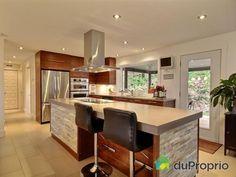 WOW! Quelle belle cuisine contemporaine et épurée! Quelle bonne idée originale de mettre deux tons de bois pour l'îlot.