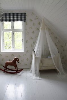 Lovely vintage nursery room, baby room, crib, cuna.