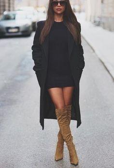 Schwarzer Mantel, Schwarzes Figurbetontes Kleid, Beige Overknee Stiefel aus Wildleder für Damen