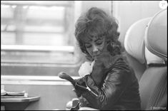 Elizabeth Taylor dans un train Paris Milan en 1971.