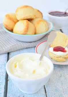 Hoewel het tegenwoordig steeds ietsjes makkelijker wordt om in Nederland een potje clotted cream te kopen, ligt het nog lang niet in alle schappen van de supermarkt om de hoek. Ik kan het zelf ook vaa
