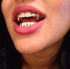 Find Out Why Everyone Buys Our Grillz! Our Grillz Are Genuine and Brilliant Quality. Contains - L & R Fangs + Lower Bottom One Size Fits All - Fits Upper Fang Teeth & Lower Teeth. Girls With Grills, Girl Grillz, Diamond Grillz, Diamond Teeth, Grills Teeth, Tooth Gem, Gold Grill, Gold Teeth, Gold Fangs