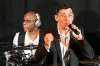 W ramach tegorocznego Ethno Jazz Festival we Wrocławiu wystąpił – Paweł Kowalczyk. Niby nic nowego swing, funk, jazz, rock and roll, trochę pop'u, ale była jednak w tym jakaś magia.  Charyzmatyczny wokalista z niespotykanym na polskiej scenie głosem, energetyczne utwory i świetny zespół, w skład którego wchodzi m.in. Derrick McKenzie – perkusista Jamiroquai, złożyły się na niesamowity efekt, który długo pozostanie w mojej pamięci.