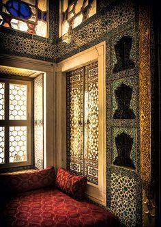 Cosy Corner in Topkapı Palace (Istanbul, Turkey) -Conrad Piepenburg Islamic World, Islamic Art, Islamic Architecture, Art And Architecture, Hagia Sophia, Interior And Exterior, Interior Design, Luxury Interior, Istanbul City