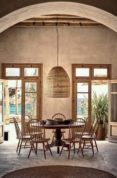 Smakfull rustik inredning på restaurang Scorpiosmykonos på ön Mykonos i Grekland