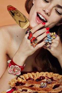 Speelse lachende, sieraden in beeld