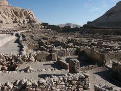 Dentro de las murallas del antiguo poblado de Pa-Demi.