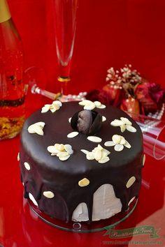 Un dulce rapid si delicios va prezentam azi. Pentru a prepara acest Tort de clatite cu crema de branza si ciocolata nu avem nevoie de cuptor si se prepara relativ foarte usor. Crema de branza a fost preparata din Branza pufoasa cu smantana- Delaco , iar clatitele sunt umplute cu nutella. In concluzie pot sa