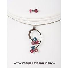 Gyönyörű, exkluzív Swarovski kristályos nyaklánc és fülbevaló szett.  A bedugós fülbevaló 1-1 db kb 6 mm átmérőjű rózsaszín kristályt tartalmaz.  A nyaklánc medálja 3-3 db kb 6 mm átmérőjű kék-rózsaszín különböző árnyalataiban pompázó kristályt tartalmaz. A medál méretben, színben, formában tökéletesen illik egymáshoz. A medál és a fülbevaló nemesacél foglalatban található. A nemesacél foglalat nem kopik le, nem színeződik el, nem hagy nyomot ruhán, bőrön.
