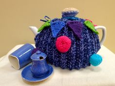 Tiny bunting and a tea cup Tea Cosy Knitted Tea Cosies, Cup Cozies, Bunting, Teapot, Cosy, Tea Cups, Garlands, Tea Pot, Buntings