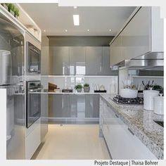Cozinha toda clarinha em tons de branco e cinza com aproveitamento total de armários. . @fellipelima.fotografia http://ift.tt/1U7uuvq arqdecoracao arqdecoracao @arquiteturadecoracao @acstudio.arquitetura