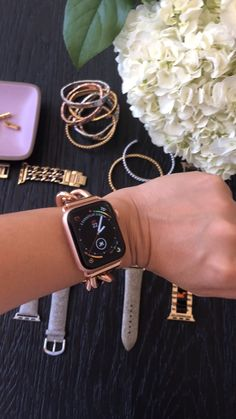 Apple Watch Discover Apple Watch Series 4 (Gold aluminum) with our stunning Rose Gold chunky chain band. Stay connected in style! Givenchy, Apple Watch Bands Fashion, Apple Watch Apps, Rose Gold Apple Watch, Apple Watch Iphone, Apple Watch Accessories, Iphone 6, Dior, Web Design