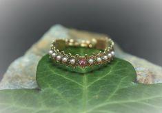 Dieses wunderschöne Taufband gibt es bei Heart of Lace und ist das wunderbarste und einzigartigste Taufgeschenk überhaupt. Handgeklöppelt mit viel Liebe zum Detail.... Charms, Swarovski, Lace Jewelry, Heart Ring, Beaded Bracelets, Rings, Pink, Special Gifts, Crystals