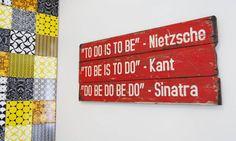 Na parede ao lado do painel de azulejos, quadro com frases inspiradoras para o dia a dia de Juliana Andrade Ana Branco