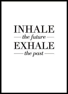 Schwarz-Weiß-Poster mit dem Text Inhale the future, exhale the past. Tolle Botschaft im Mindfulness-Stil. Das schöne Design lässt sich in viele Einrichtungsstile integrieren und passt an fast jede Wand. www.desenio.de