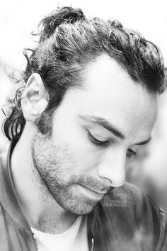 "turnitdownsometimes: ""Aidan Turner [source] "" I absolutely love these. Love the fact that the first one shows up his double chin! Aidan Turner Poldark, Ross Poldark, Bbc Poldark, Poldark Series, Tolkien, Divas, Ross And Demelza, Winston Graham, Aiden Turner"