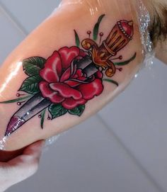 knife tattoo, faca tattoo, adaga, rose tattoo, rosa, flower tattoo, neo trad