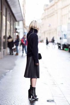 全身真っ黒コーディネート。素足を出す事で黒の重みを軽減しているスタイリングですね♪ボリュームあるタートルネックを合わせてもすっきり見えるお手本のようなスタイリングで、今すぐマネしたくなります♡