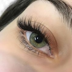 How to Apply Mascara - Layer 4 Mascaras 3 Ways Natural Fake Eyelashes, Perfect Eyelashes, Thicker Eyelashes, Eyelash Extensions Styles, Top Makeup Artists, Old Makeup, False Lashes, Big Lashes, Green Eyes