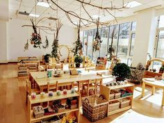 This picture embodies what a child centered, Reggio inspired classroom should look like. The natural materials, natural light, and easily reachable objects allow students to learn in this area without the assistance of a teacher. Montessori Classroom Layout, Reggio Emilia Classroom, Reggio Inspired Classrooms, Reggio Classroom, Toddler Classroom, Classroom Organisation, New Classroom, Classroom Setting, Classroom Setup