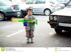 Ik heb deze foto uitgekozen omdat ik Alex eigenlijk te jong vindt om met geweren explosieven en dat soort gevaarlijke dingen te werken.