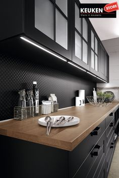 De zwarte keuken is anno 2021 heel populair. Begrijpelijk want zwart is chique, stoer, maar ook modern en industrieel! Kies voor een volledig zwarte keuken, inclusief keukenblad, of maak een mooie combi met bv. hout. Keuze te over! #zwartekeuken #industrielekeuken #modernekeuken #2021 #exlusievekeuken #keuken #keukeninspiratie #luxekeuken #populairekeuken #interieurinspiratie #wooninspiratie #stijlvollekeuken #stoerekeuken #keukenstore Luxury Kitchen Design, Contemporary Kitchen Design, European Kitchens, German Kitchen, Kitchen On A Budget, Cuisines Design, Traditional Kitchen, Kitchen Interior, Kitchen Remodel