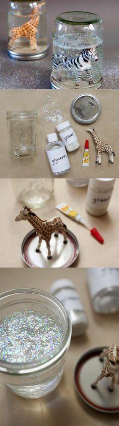 selbstgemachte geschenke schneekugel selber machen. Lustige Tiere oder andere wasserfeste Gegenstände können einfach eingeklebt werden.