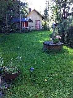 Kaivoa ja pihasaunaa ja nurmikkoa (jota ei olla leikattu. ei olla ostettu vielä ruohonleikkuria...)