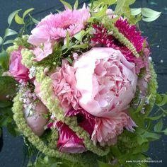 bruidsboeket druppel met amaranthus pioenrozen gerbera's rozen e.d. door Bruidsboeket & Zo Zuid-Holland