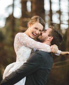 Chico sosteniendo a una chica mientras la mira y sonríe