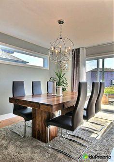 On aime cette salle a manger à la fois rustic et contemporaine. Cette belle table en bois massive est magnique avec ce lustre industriel.