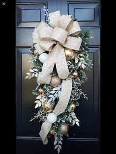 Christmas Swags, Cool Christmas Trees, Christmas Door, Gold Christmas, Outdoor Christmas, Holiday Wreaths, Beautiful Christmas, Christmas Holidays, Christmas Crafts